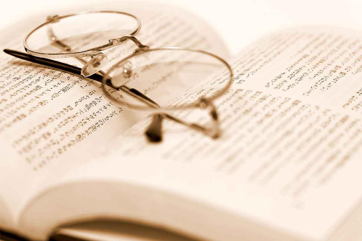 本の上に置かれたメガネ
