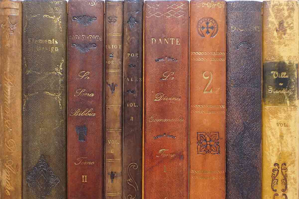 古い本の背表紙