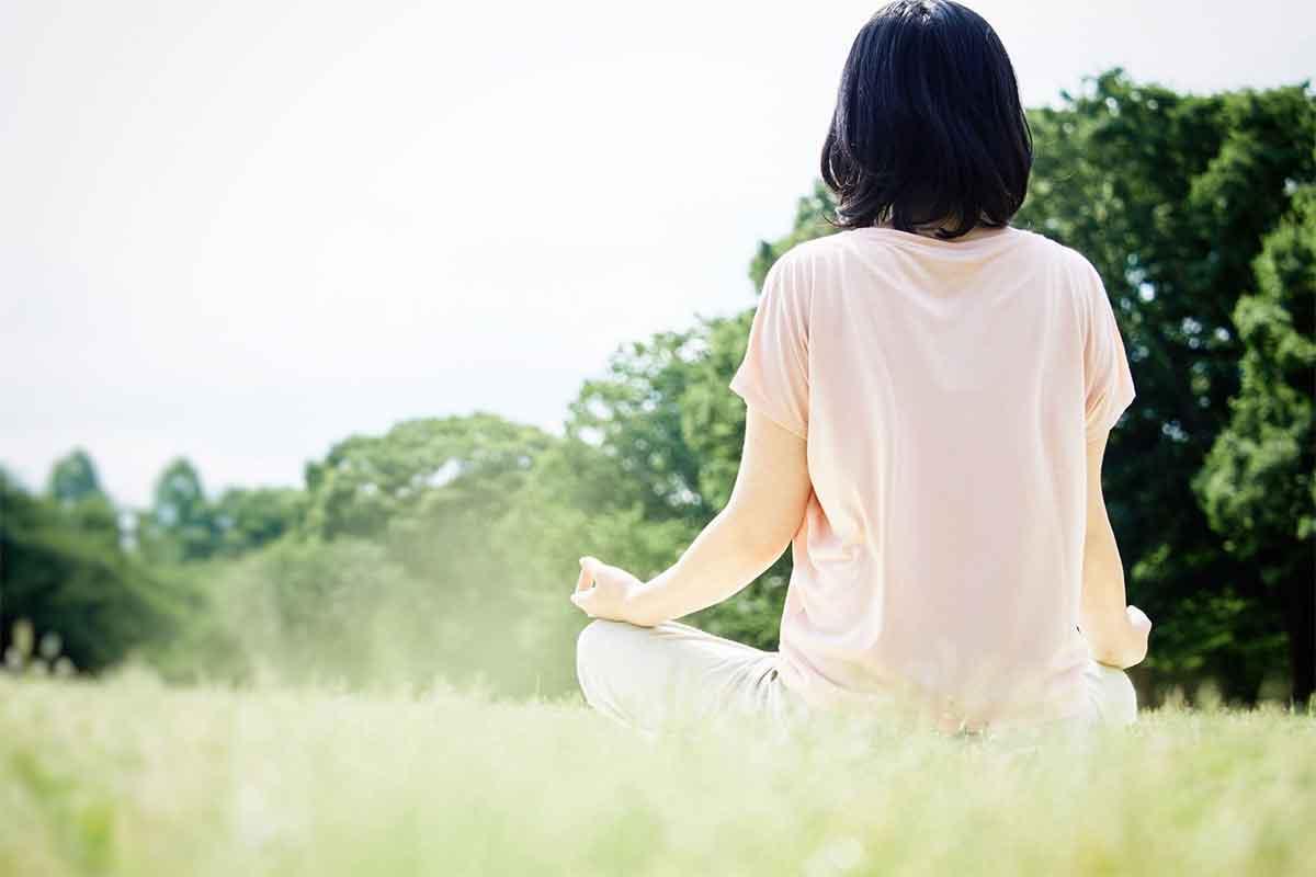 自然の中で瞑想する人
