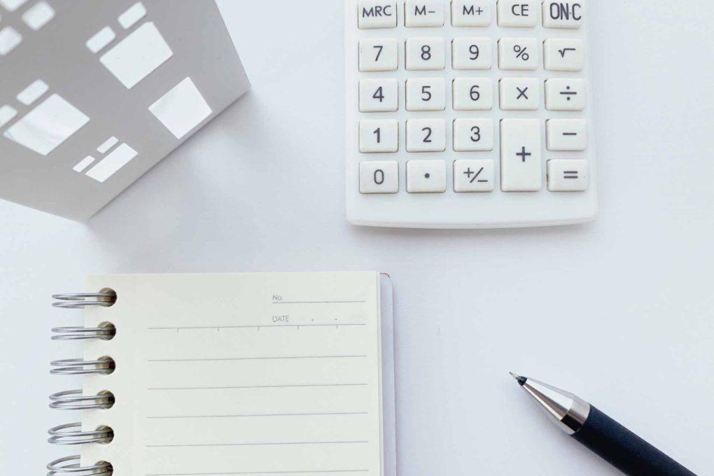 電卓とメモ帳とペン