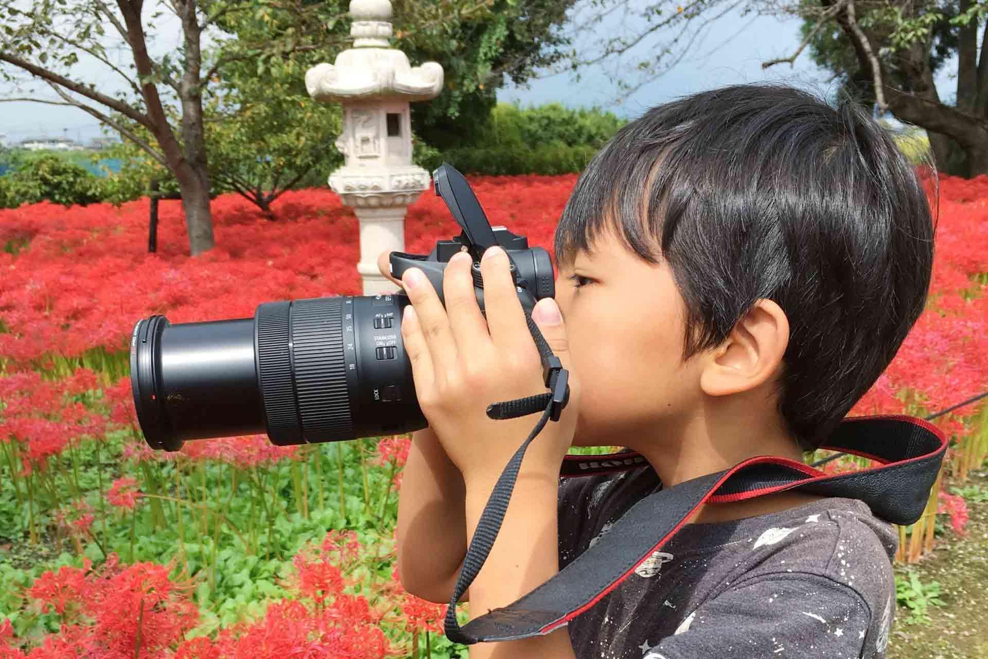 子どもが写真を撮っている場面