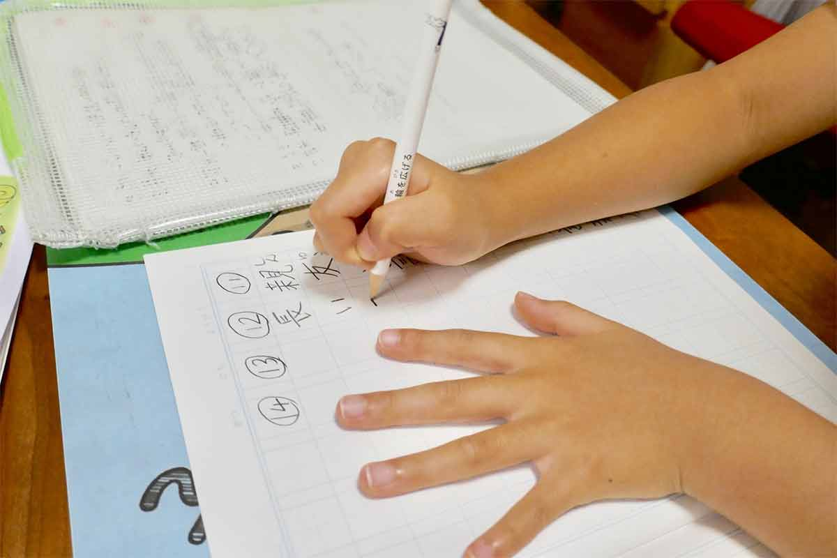 小学生が漢字を練習しているところ