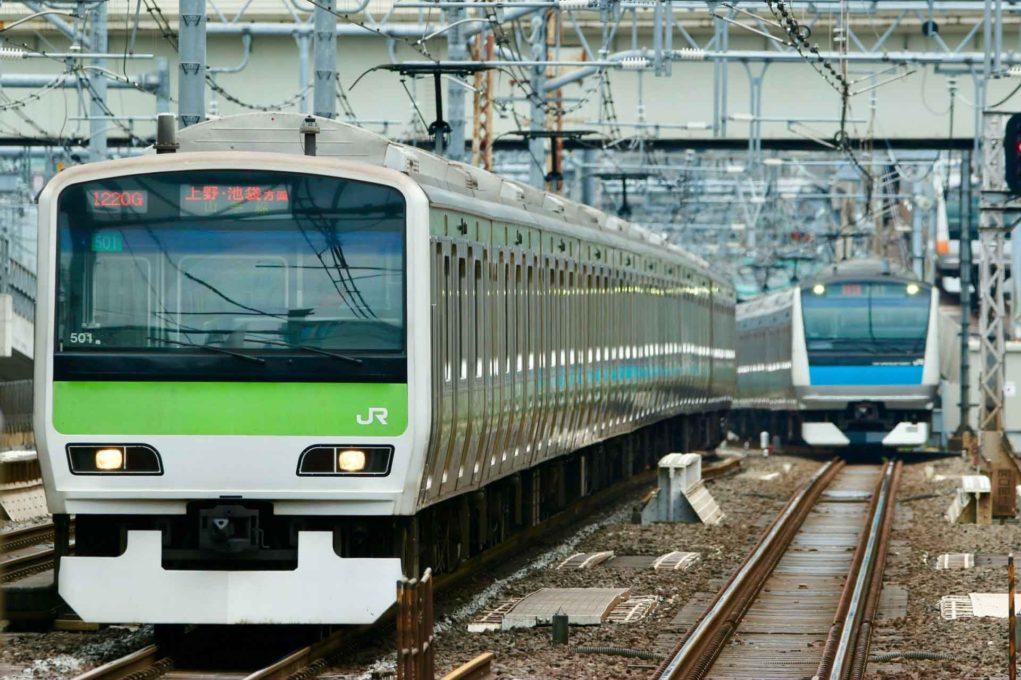 電車が走っている画像