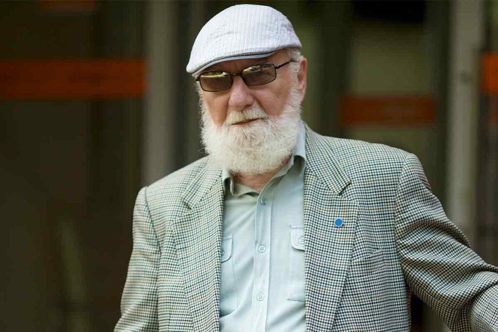 ハンチング帽をかぶったおじいさん