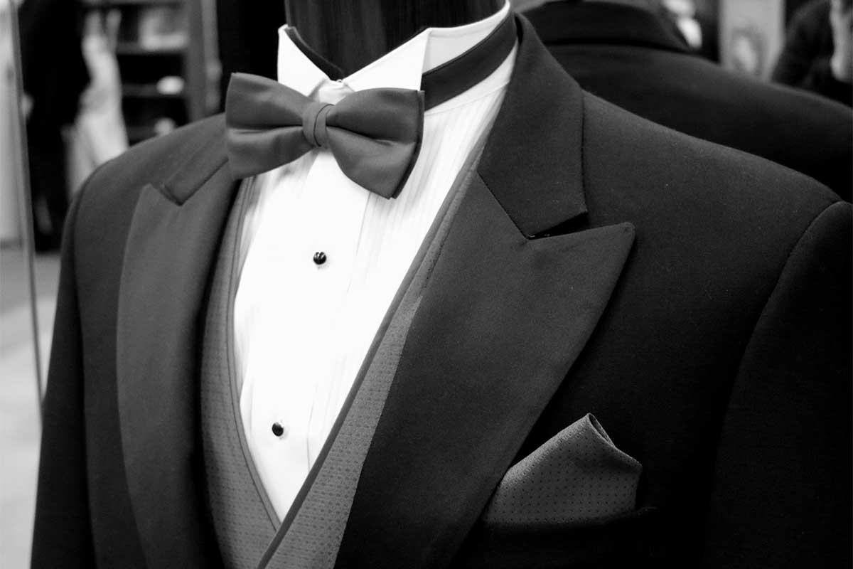 スーツと蝶ネクタイ