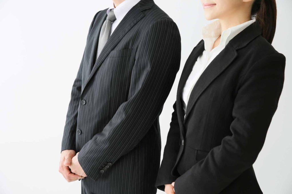 スーツを着た男女
