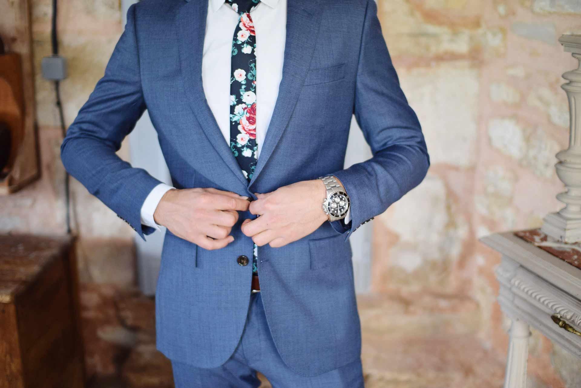 スーツを着る人