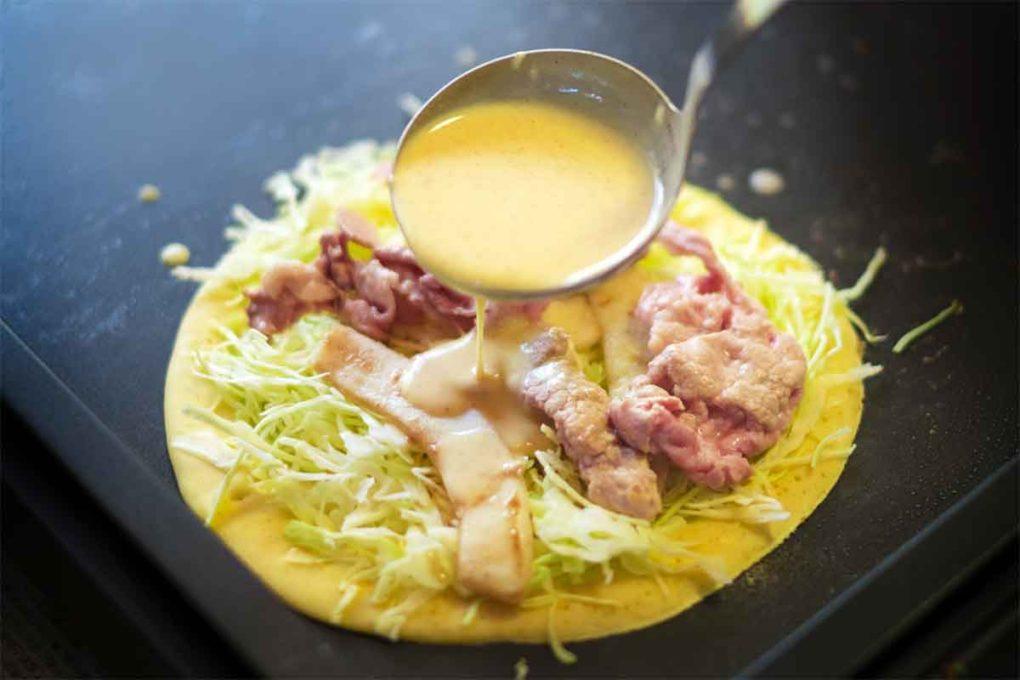 広島風お好み焼きの調理過程