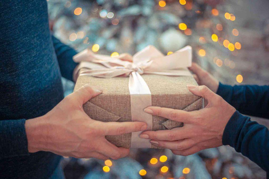 プレゼントを手渡ししている所