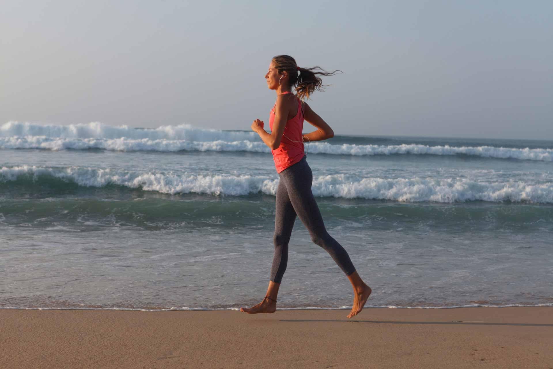 浜辺でウォーキングする女性
