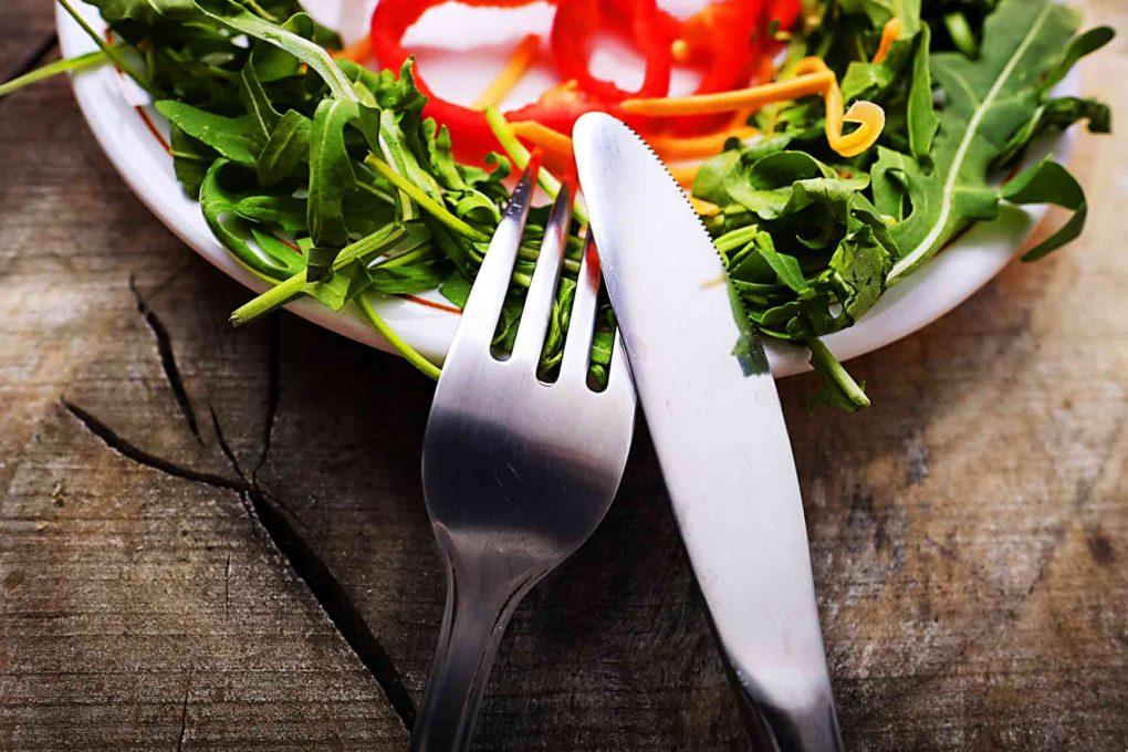 フォークとナイフとサラダ