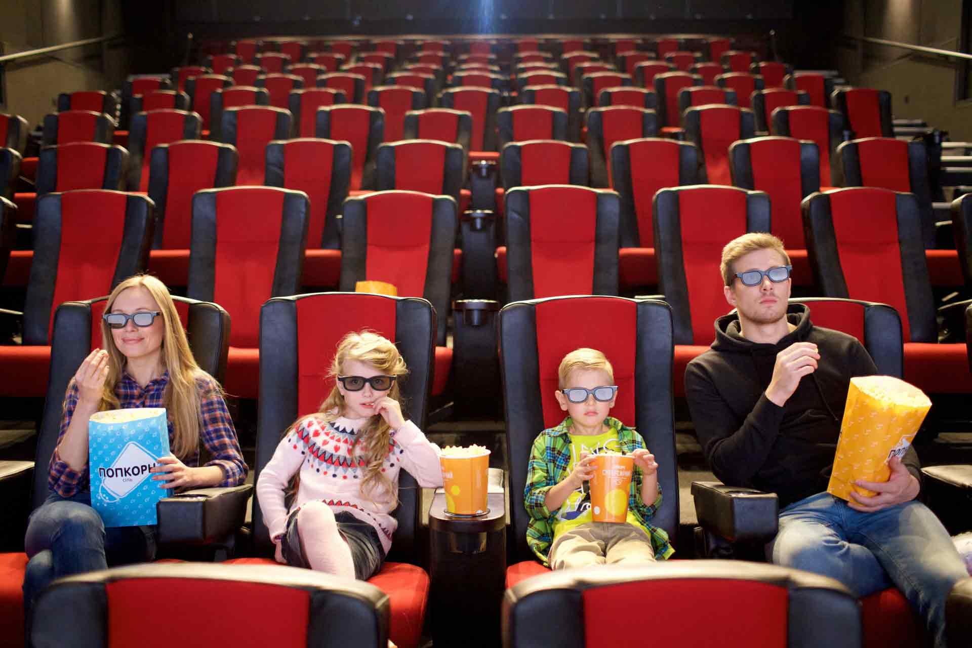映画を鑑賞する家族