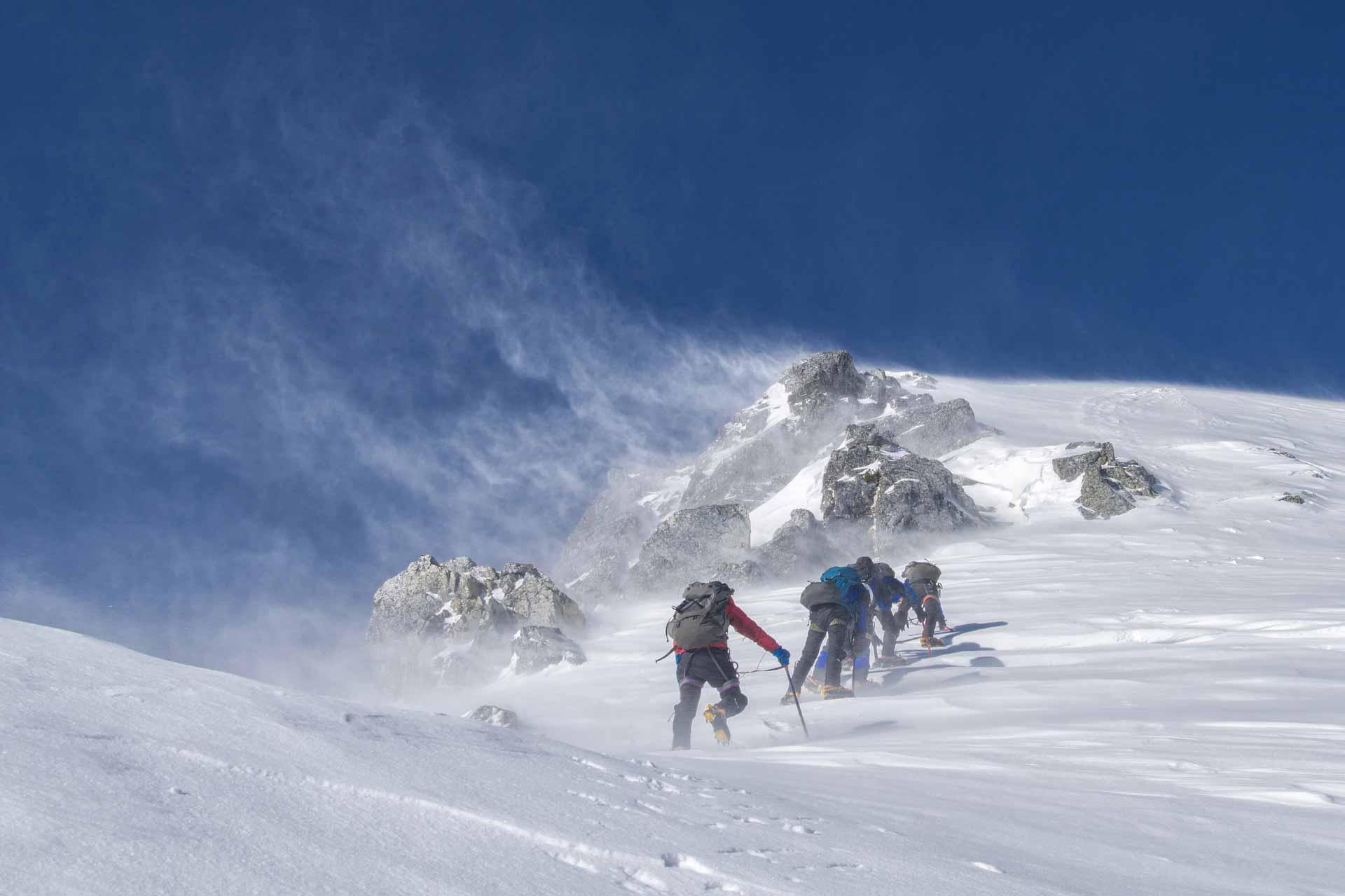 雪山を越える人たち