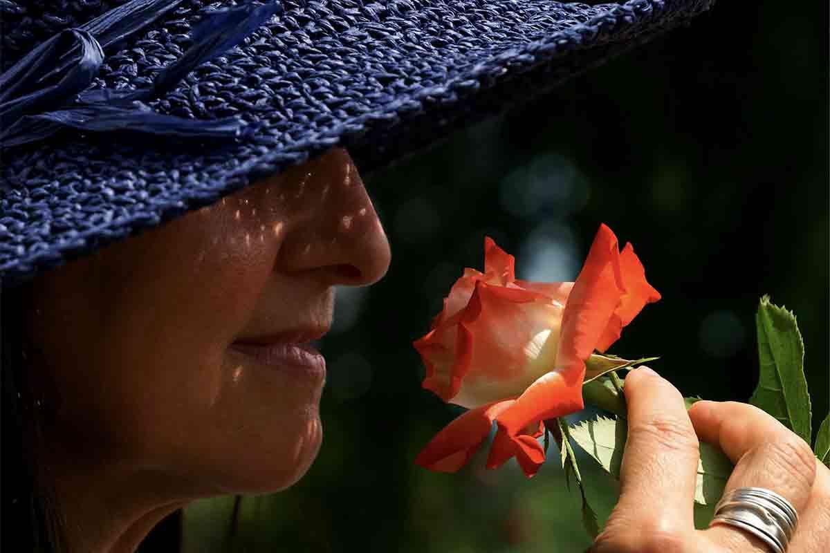 花の匂いをかぐ女性