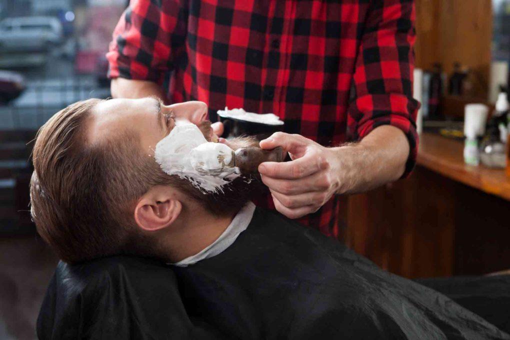 髭を剃っている人