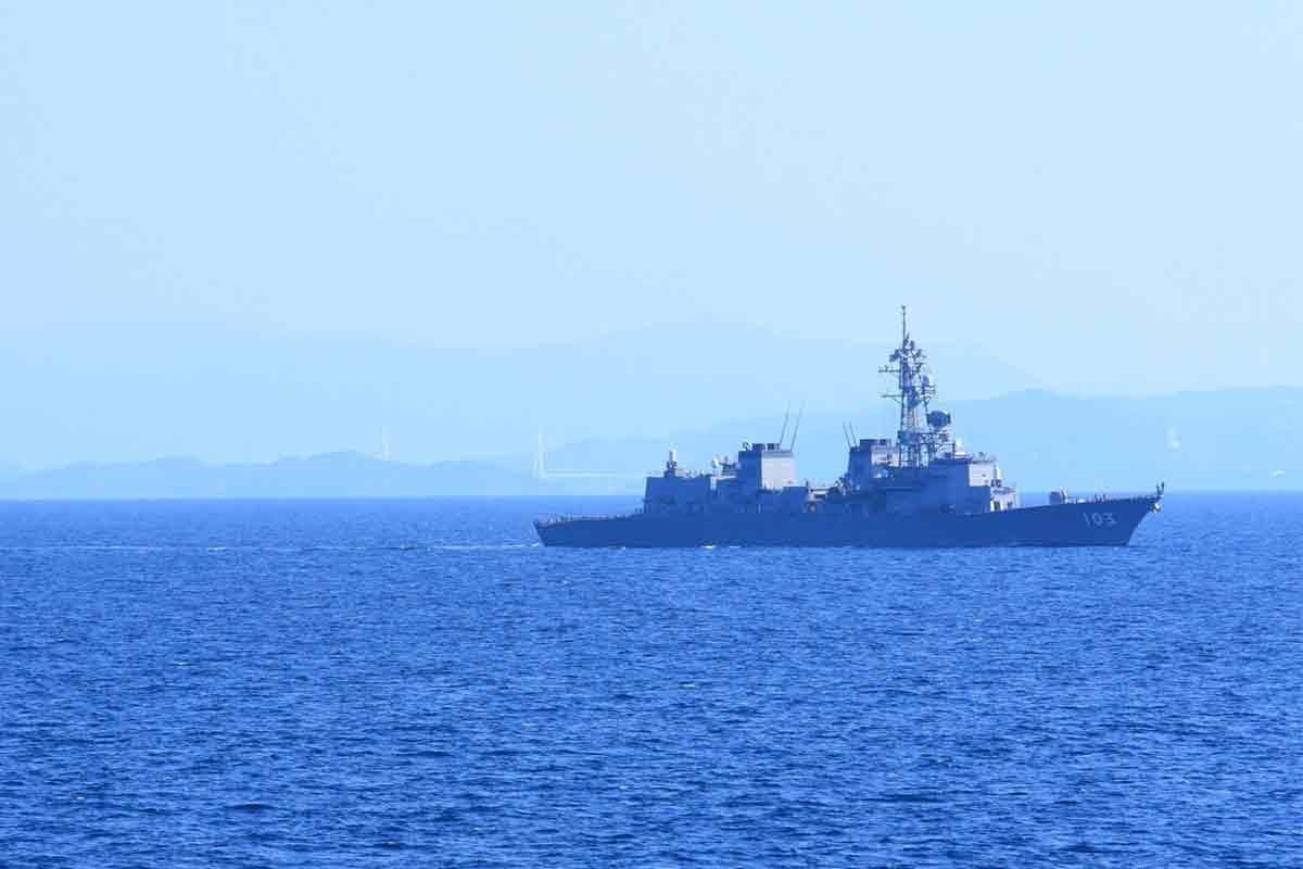 海に浮かぶ護衛艦