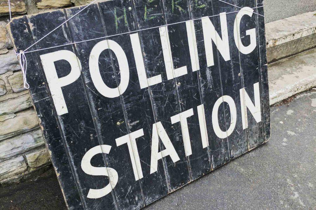 投票会場の看板