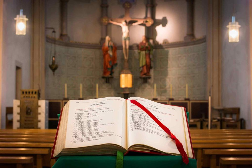 教会の中の聖書