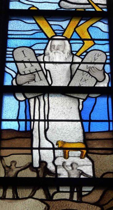 十戒を受けられたモーセを描いたステンドグラス