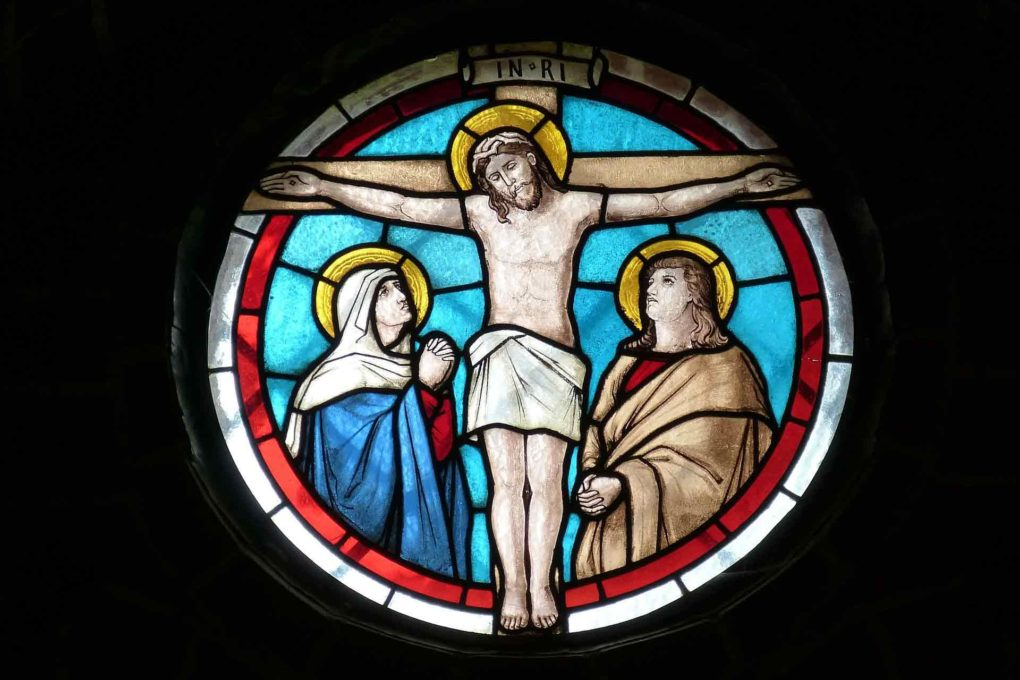 磔刑にされるイエスが描かれたステンドグラス