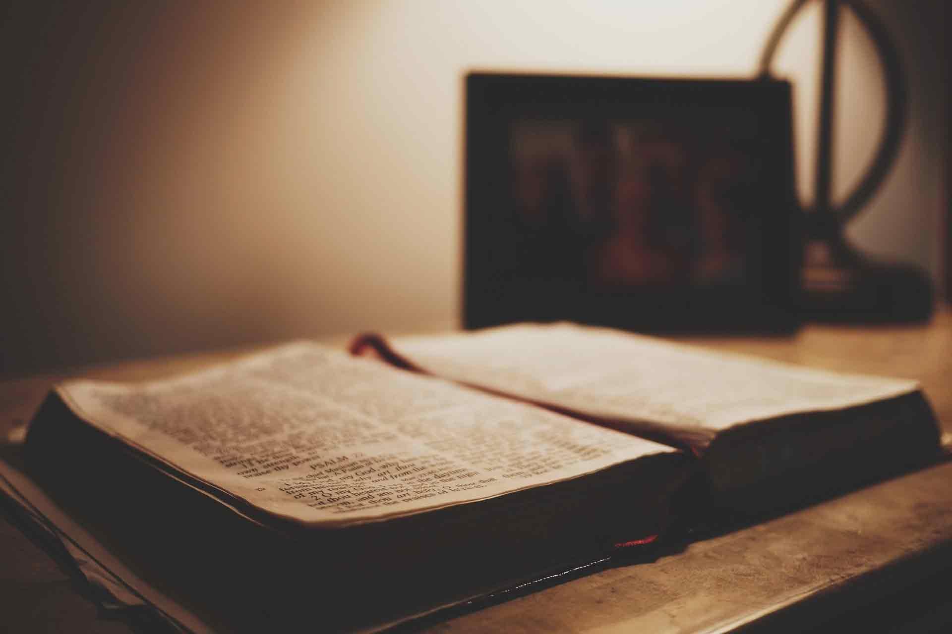 机の上の聖書