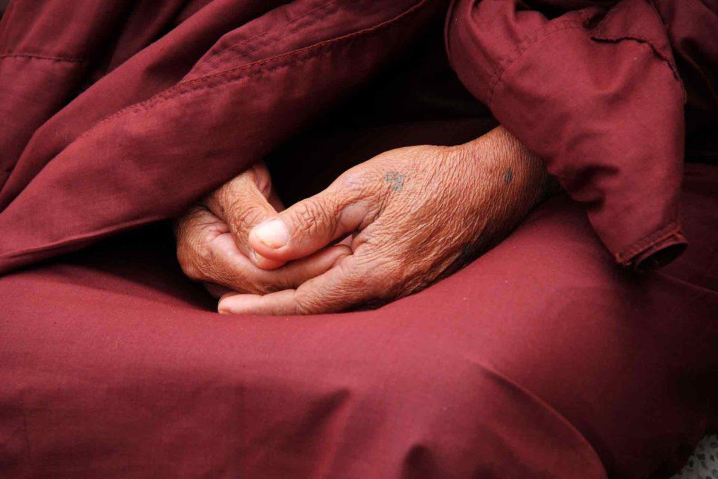 瞑想をする人の手