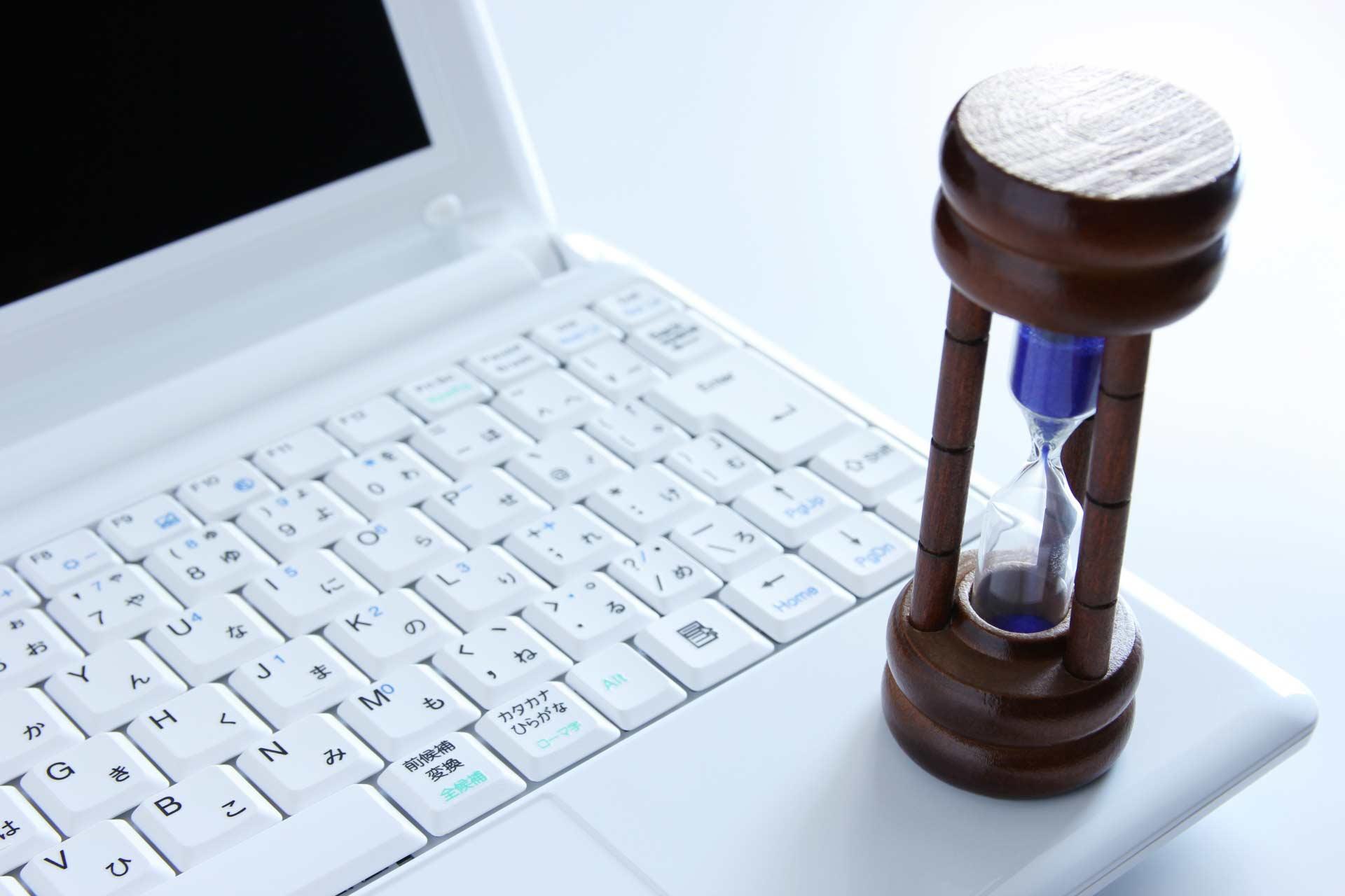 ノートパソコンと砂時計