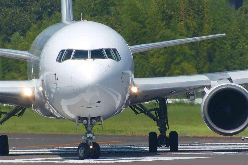 正面を向く飛行機