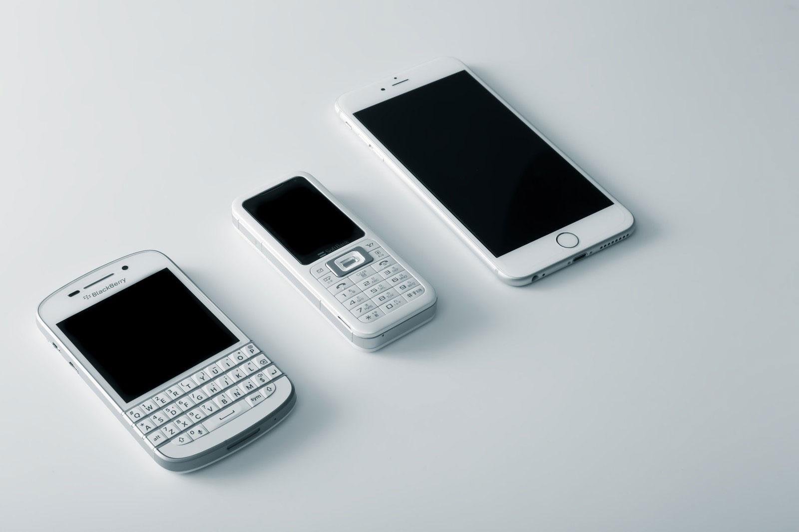 並べられた携帯電話